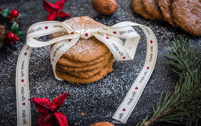 Vegan Holiday Cookie - Christmas biscuits with ribbon